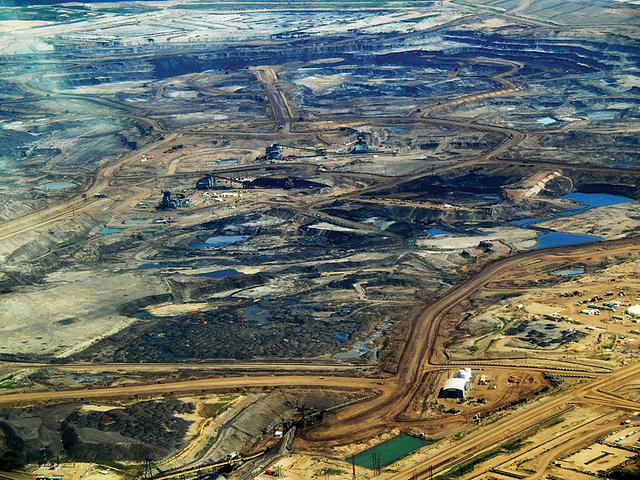 Tar sand mining operation in Alberta, Canada (cc photo: Dru Oja Jay / Domion)