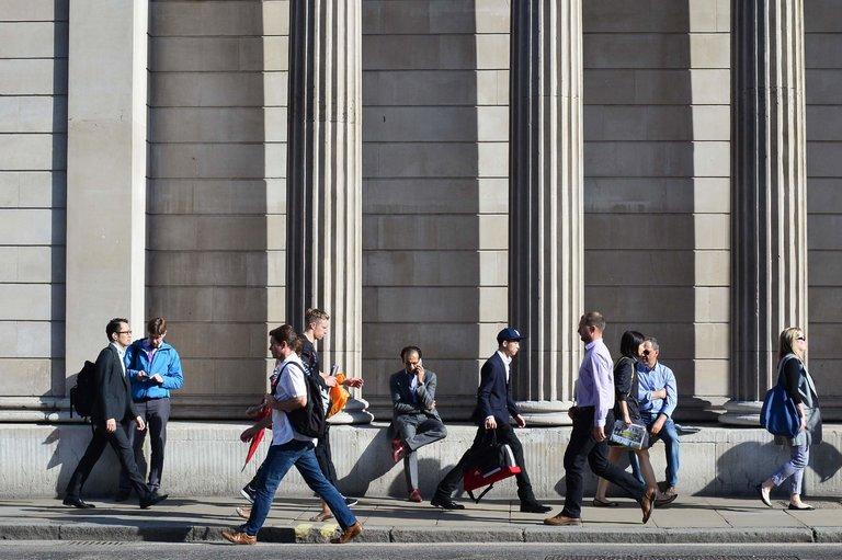 Londoners outside the Bank of England (photo: Daniel Sorabji/AFP)