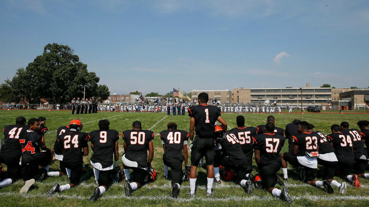 Football players kneeling. (photo: Yong Kim / Philadelphia Inquirer/AP)