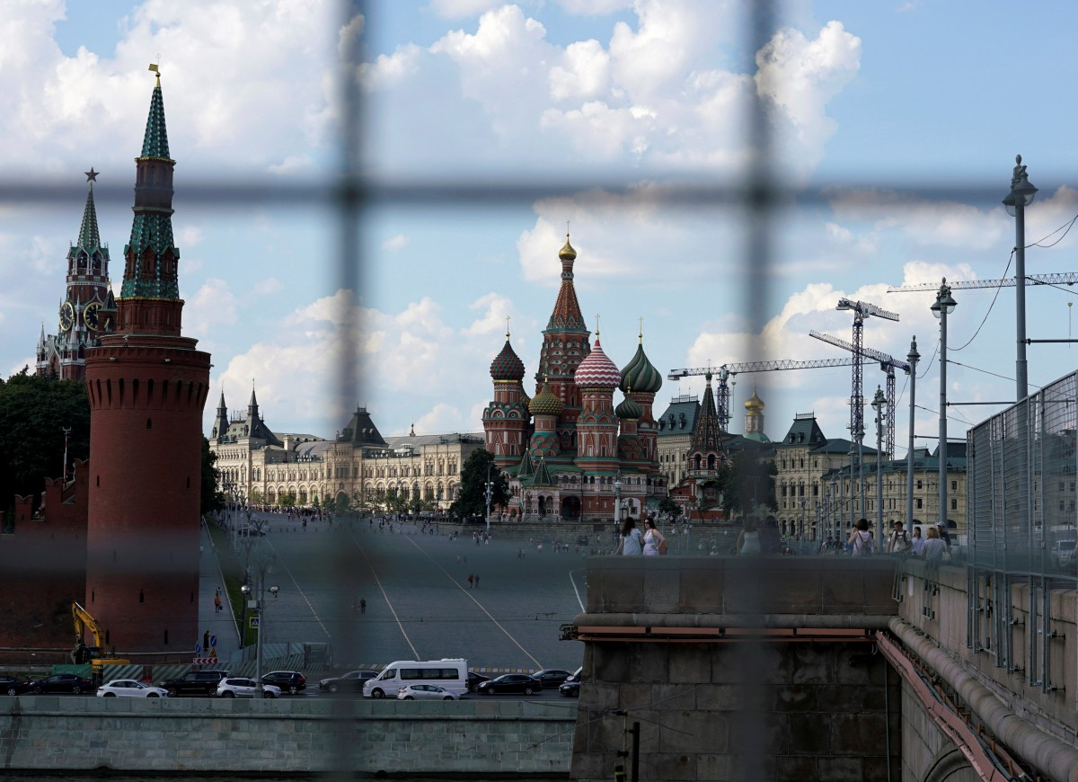 Moscow through a construction fence. (photo: Maxim Zmeyev/Reuters)