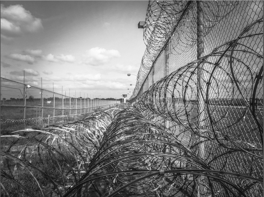 Prison fence (photo: Pixabay)