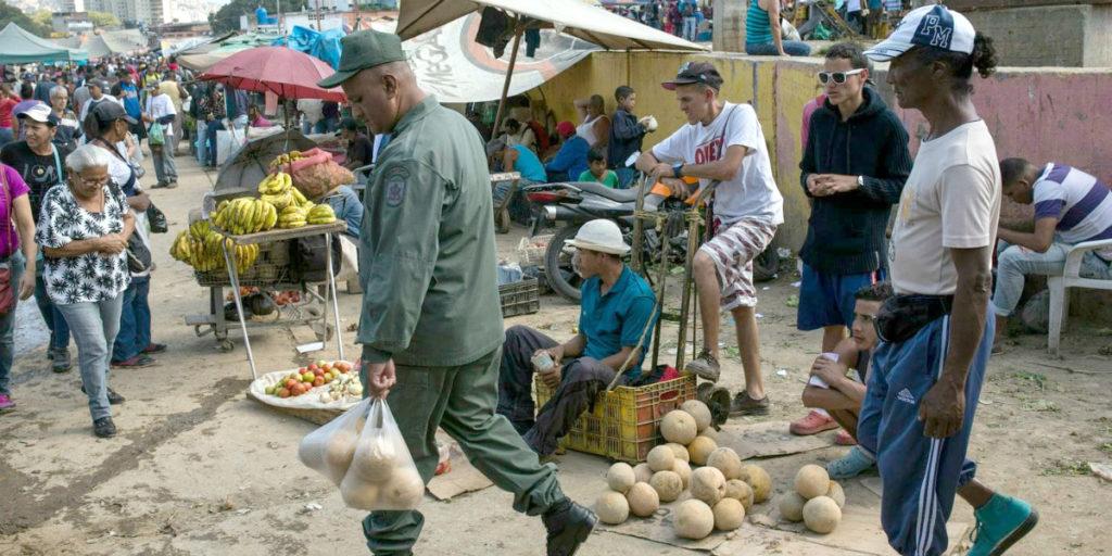 Representação do Washington Post sobre compras de alimentos na Venezuela (foto: Rodrigo Abd / AP)