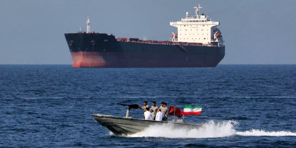 Bloomberg depiction of Iranian craft with oil tanker