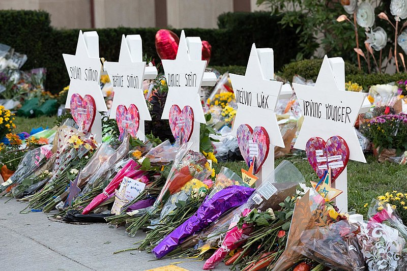Tribute to victims at the Tree of Life Congregation Synagogue in Pittsburgh. (photo: Wikimedia)